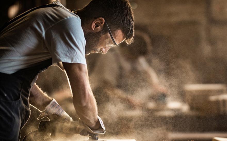 Specjalista pracujący przy obróbce drewna