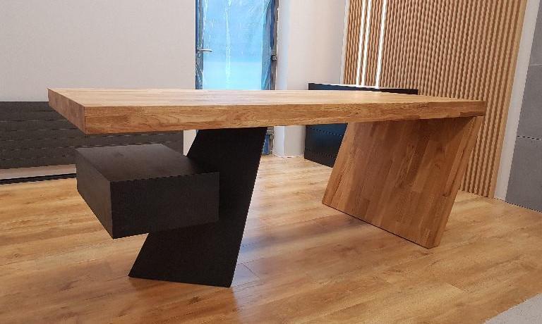 Stół oraztablica powieszona naścianie